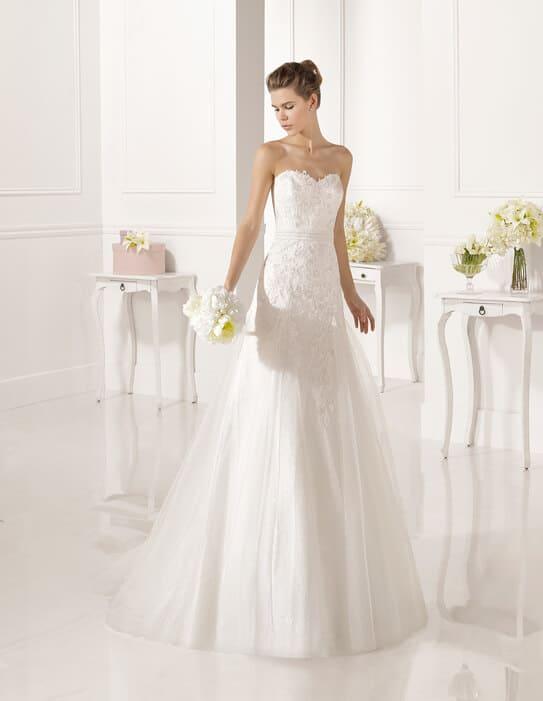 Karcsúsított, tört fehér esküvői ruha