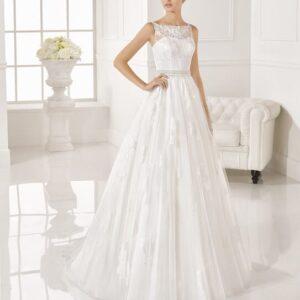 Tört fehér, zárt, csipke díszítésű esküvői ruha