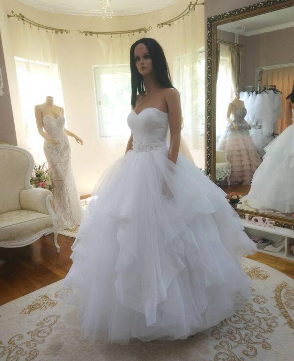 Fodros fehér tüll menyasszonyi ruha