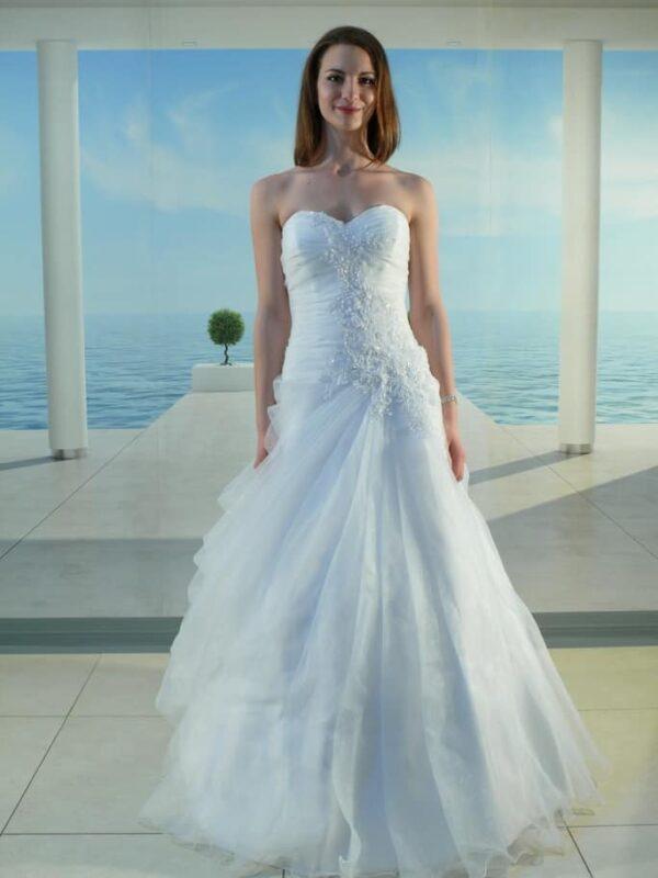 Karcsúsított, A-vonalú organza esküvői ruha, csipke díszítéssel