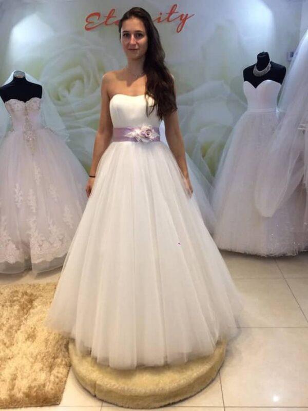 Empire fazonú esküvői ruha lila övvel