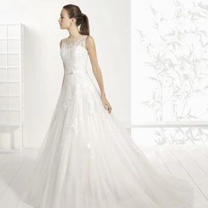 Zárt, A-vonalú csipke díszítésű esküvői ruha