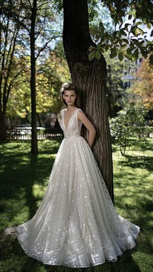 Kockás tüllös, uszályos ekrü menyasszonyi ruha