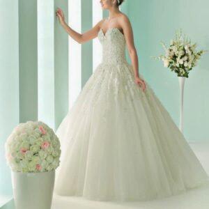 Ekrü szín, gyöngyös, tüll esküvői ruha, csipke díszítéssel