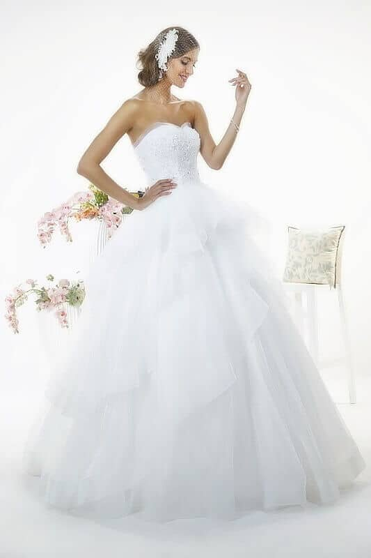 Hullámos, fodros, fehér esküvői ruha