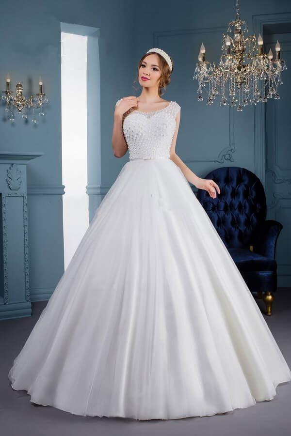 Zárt, gyöngy díszítésű tüll esküvői ruha