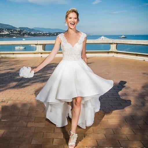 Elöl rövid, hátul hosszú fehér menyasszonyi ruha