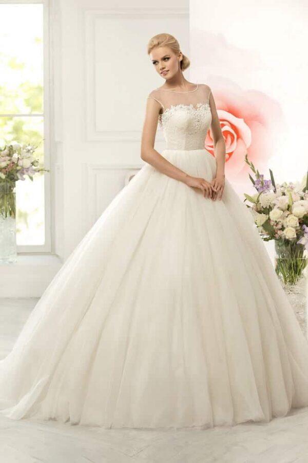 Zárt, ekrü tüll esküvői ruha