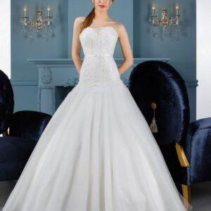 Karcsúsított, tüll esküvői ruha csipke díszítéssel