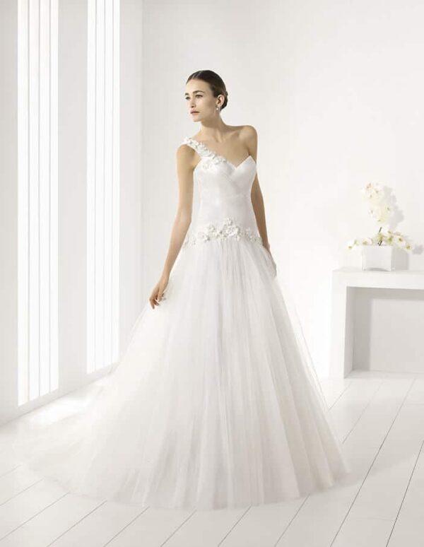 Félvállpántos, karcsúsított, tört fehér esküvői ruha