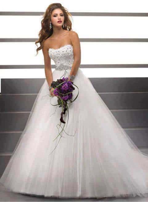 Csillogó, kristály díszítésű tüll esküvői ruha