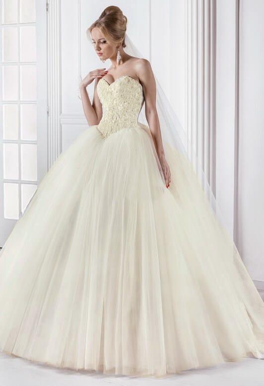 Tört fehér, báli fazonú csipke és tüll menyasszonyi ruha, gyöngy dísztéssel