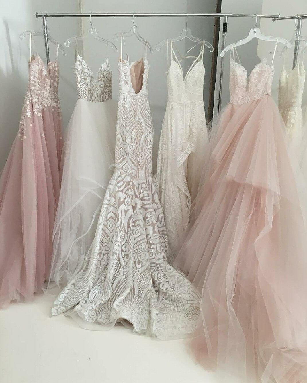 Színes menyasszonyi, esküvői ruha