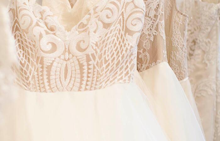Ekrü, tört fehér menyasszonyi ruha