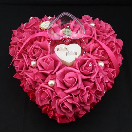 Piros szív alakú gyűrűpárna