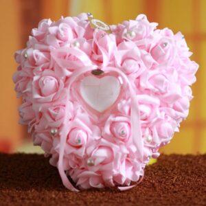 Rózsaszín szív alakú gyűrűpárna