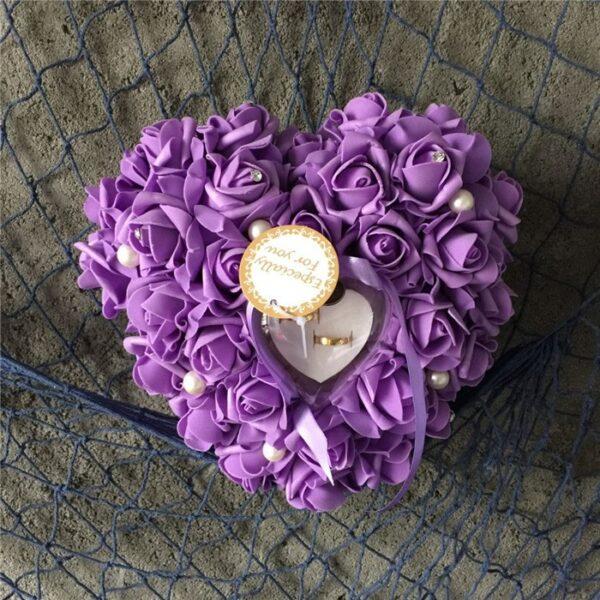 Lila szív alakú gyűrűpárna