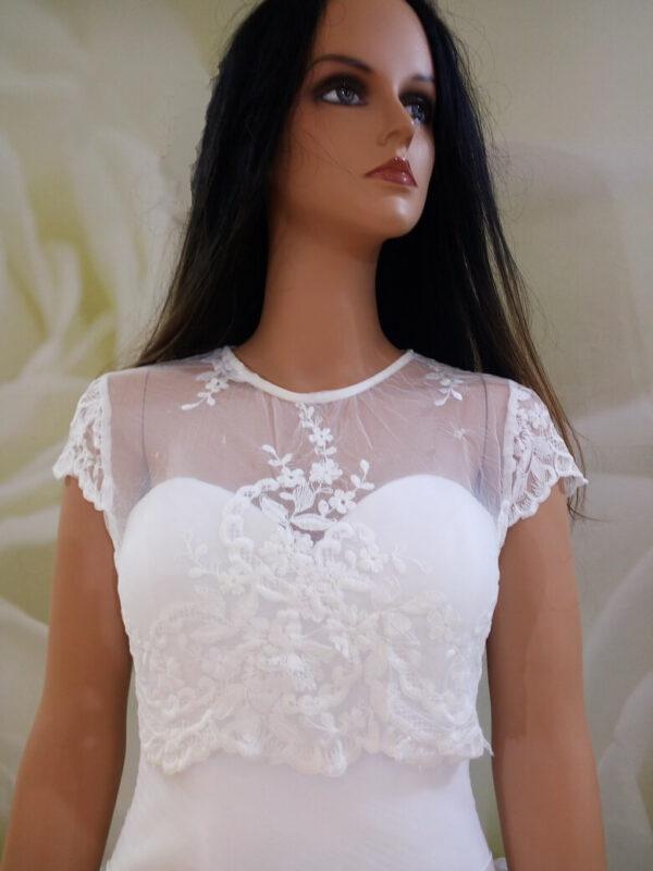 Fehér, ujjas rövid csipke és tüll menyasszonyi boleró
