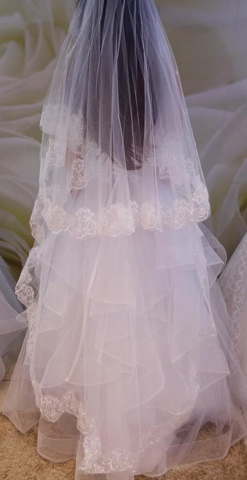 Fehér 2,5 méteres csipke szélű menyasszonyi fátyol