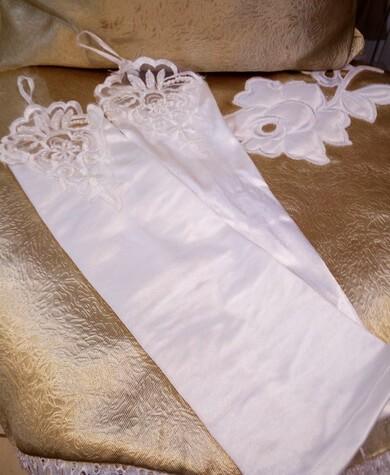 Tört fehér menyasszonyi kesztyű