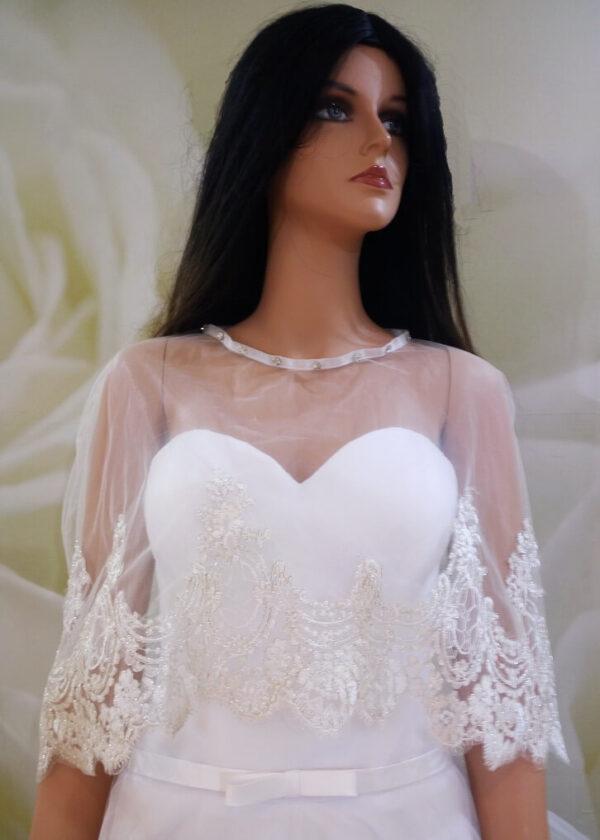 Tört fehér, csillogó csipke díszítésű menyasszonyi pelerin