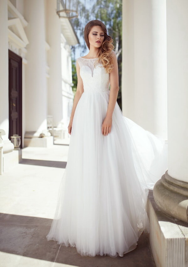 Zárt, csillogó egyenes hófehér tüll menyasszonyi ruha