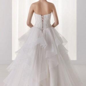 Hullámos, fodros menyasszonyi ruha csipke díszítéssel