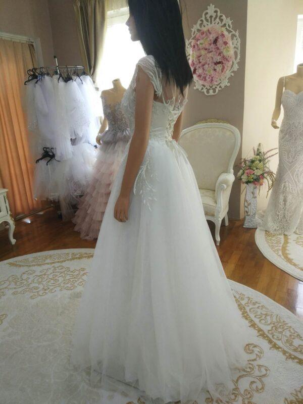 Tört fehér tüll, csillámló menyasszonyi ruha