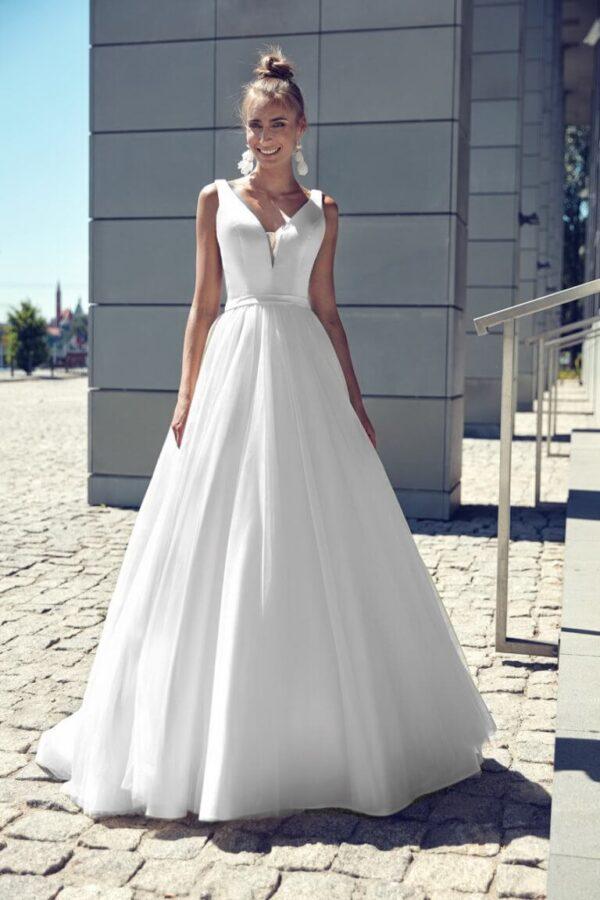 Egyszerű, szatén és tüll menyasszonyi ruha