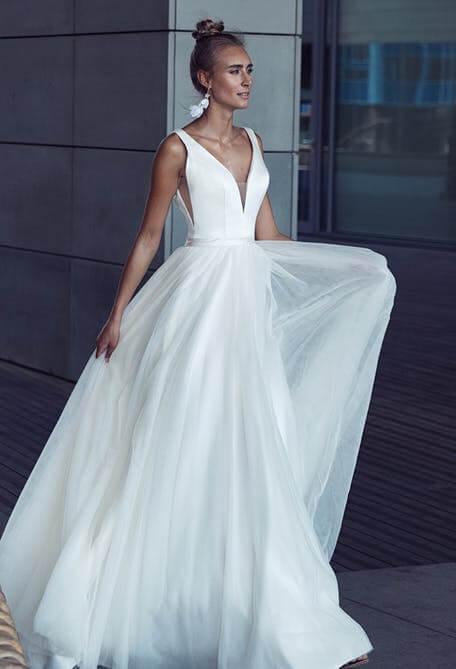 Egyszerű, szatén és tüll menyasszonyi ruha 2