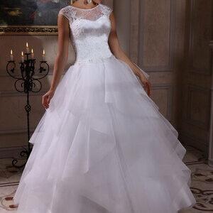Zárt, vállpántos, fodros menyasszonyi ruha