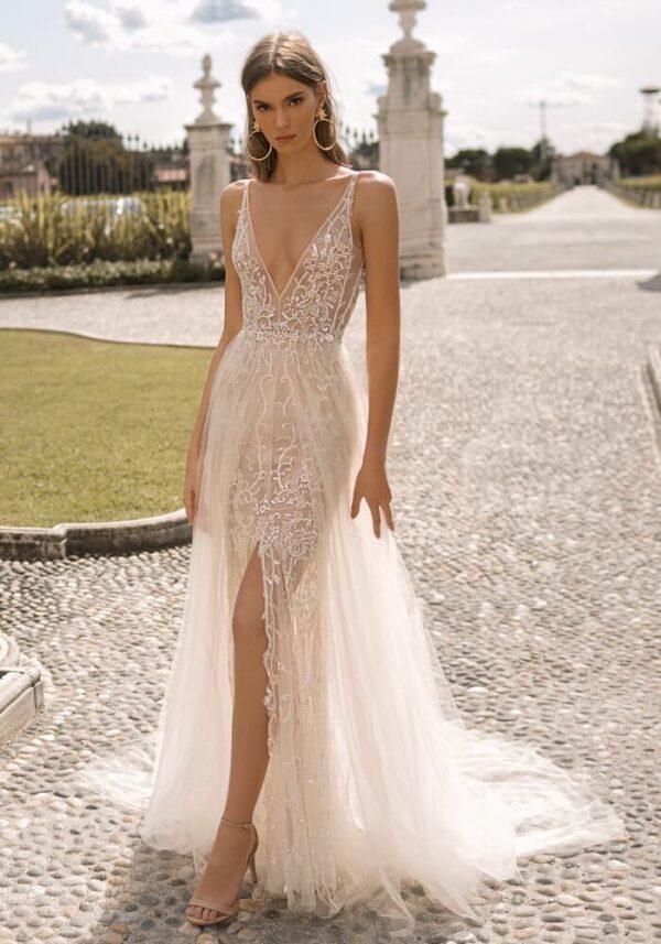Áttetsző, karamell menyasszonyi ruha, hasított alsó résszel