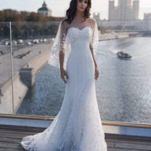 Fehér karcsúsított menyasszonyi ruha, pelerinnel