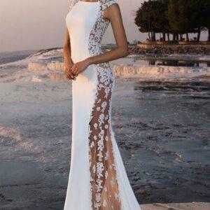 Oldalt áttetsző csipke díszítésű egyenes zárt menyasszonyi ruha