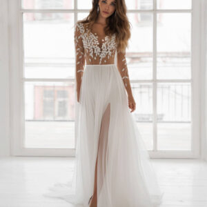 Hosszú ujjas, lágy esésű tüll menyasszonyi ruha