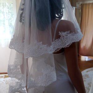 Tört fehér csipke díszítésű tüll menyasszonyi fátyol