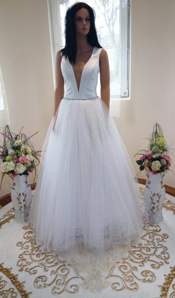 Fehér, csillámló vállpántos tüll menyasszonyi ruha 1