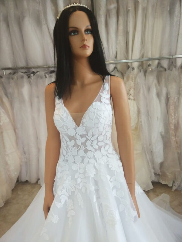 Fehér vállpántos, leveles menyasszonyi ruha