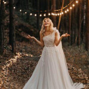 Félvállpántos tüll lágyesésű menyasszonyi ruha