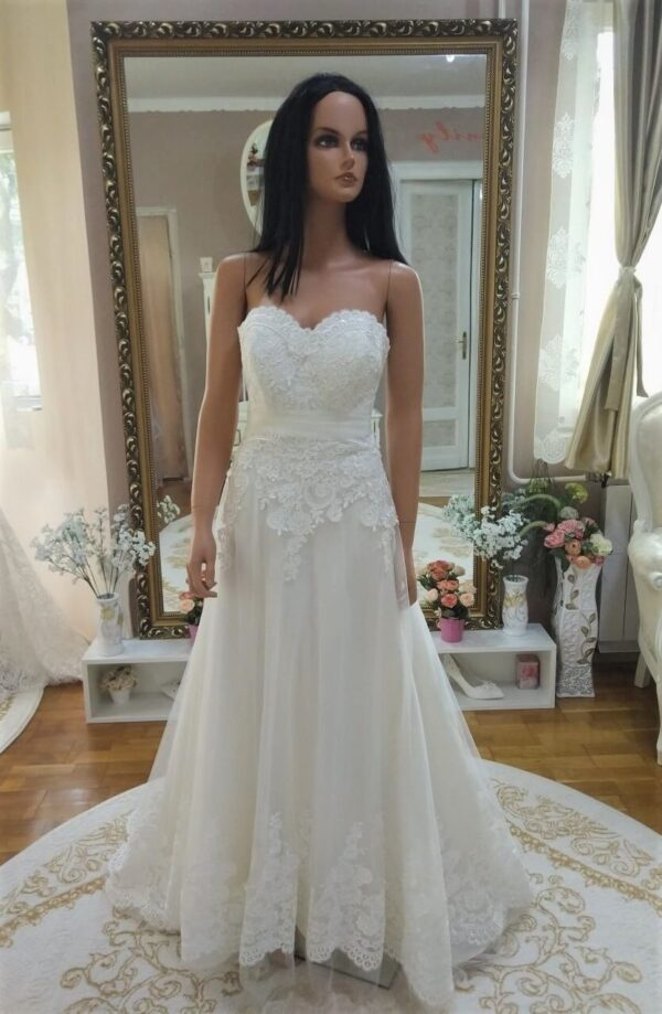 tort-feher-karcsusitott-menyasszonyi-ruha