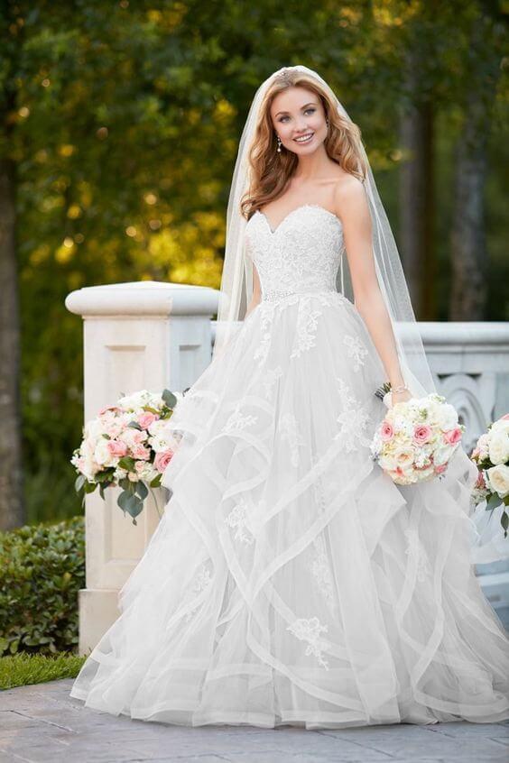 Fodros, uszályos tüll menyasszonyi ruha