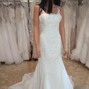 Tört fehér karcsúsított menyasszonyi ruha