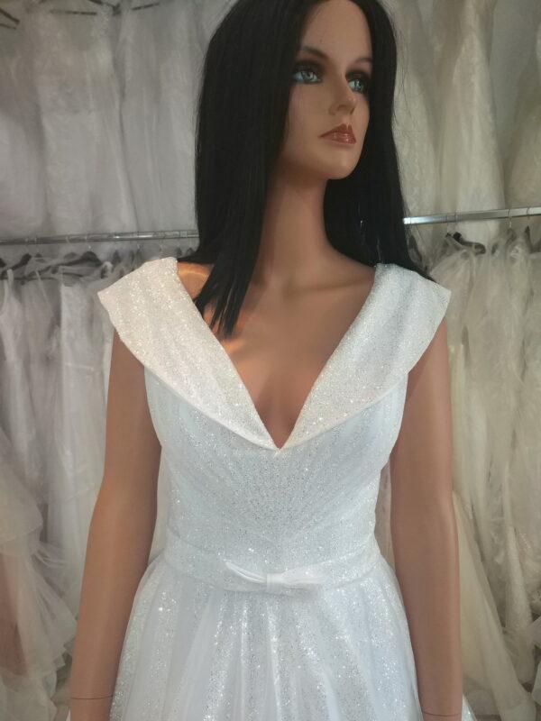 Csillámló, ejtett vállpántos menyasszonyi ruha 1