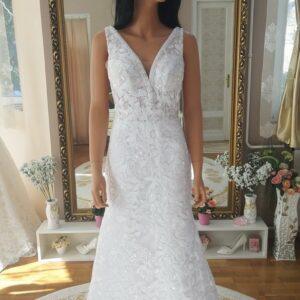 Fehér vállpántos, leveles, karcsúsított menyasszonyi ruha 1
