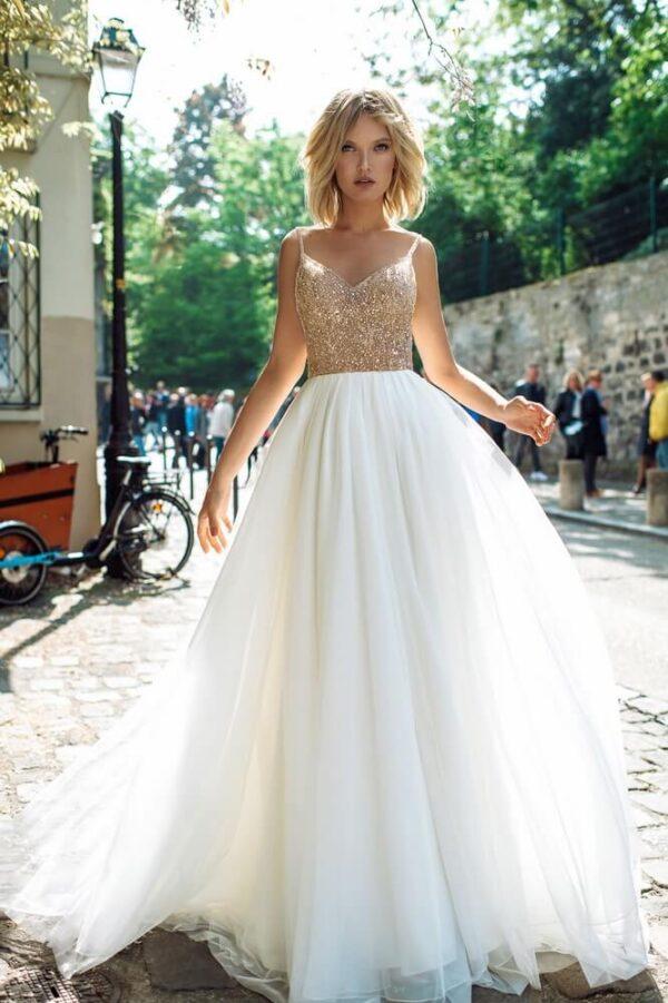 Arany és fehér vállpántos puha tüll menyasszonyi ruha