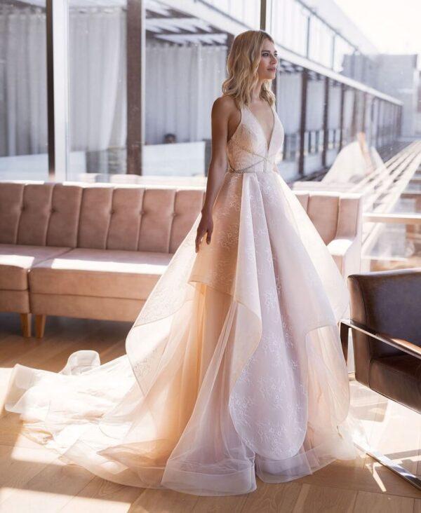 Púder, hullámos, lágy esésű csipke és tüll menyasszonyi ruha 1