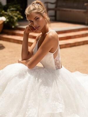 Puha, virágos, hullámos menyasszonyi ruha 1