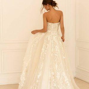 A vonalú csipke és tüll menyasszonyi ruha