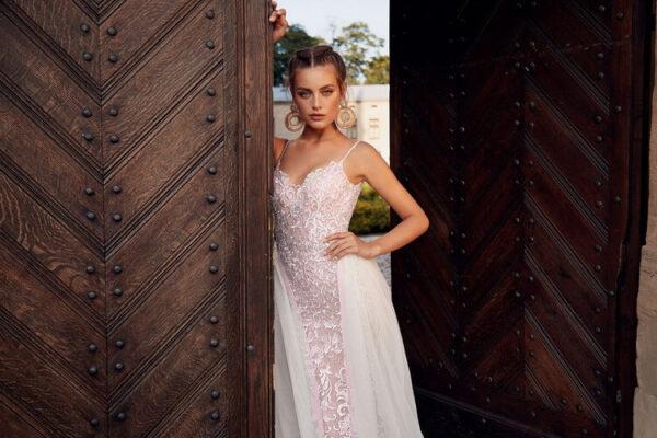 Púder csipke menyasszonyi ruha uszállyal
