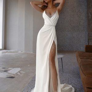 Hasított, csillogó menyasszonyi ruha